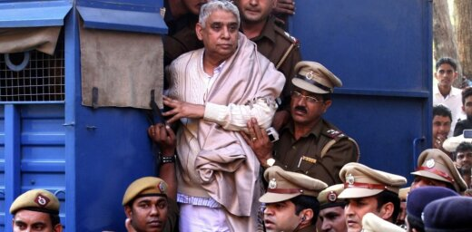 Indiešu garīgo guru notiesā par sieviešu un zīdaiņa slepkavību