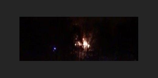 Video: Pie Ķeizarmeža ar atklātu liesmu nodeg ēka