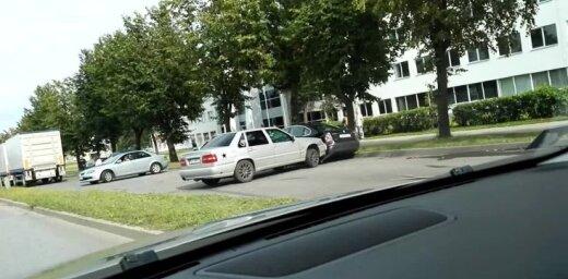 Video: Katlakalna ielā mācību mašīna ietriecas auto
