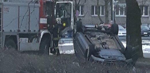 Foto: Olainē auto ietriecas kokā un apgāžas