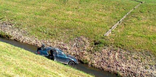 Foto: Dārziņos autovadītājs iebrauc kanālā pie Rīgas HES