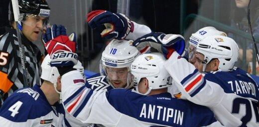 KHL Austrumu konferences līderu duelī Magņitogorskas 'Metallurg' uzvar 'Avangard' hokejistus