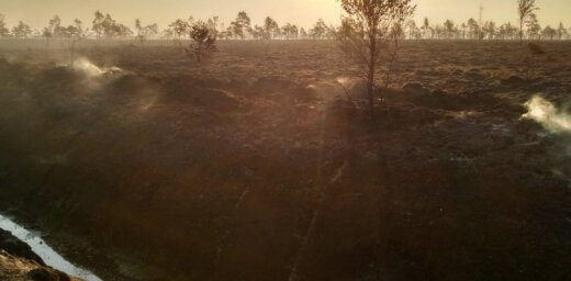 Valdgales pagastā turpina degt kūdras purvs; brīdina par piedūmojumu