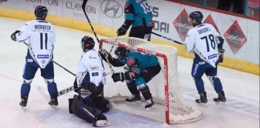 Video: Hokejists izceļas ar attapību, kad ripa iesprūst viņa šortos