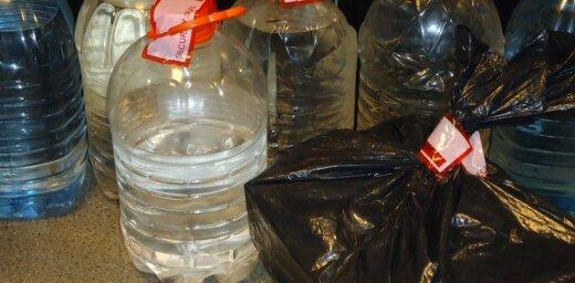 Liepājas apkārtnē likumsargi atsavinājuši divas tonnas nelegālā alkohola