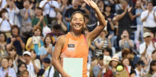 Japānas tenisa veterāne Date ar zaudējumu un asarām otrreiz atvadās no sporta