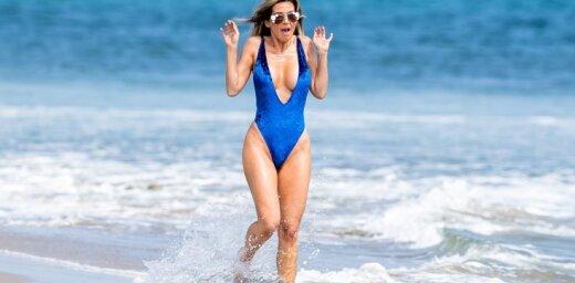 Valdzinoša 'Playboy' zvaigzne atpūšas pludmalē