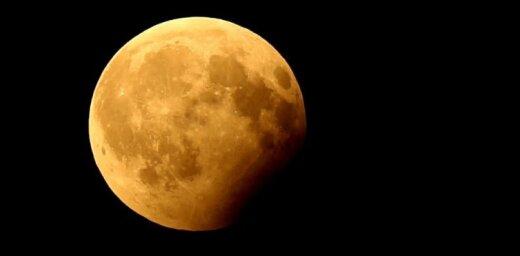 Foto: Daļējs Mēness aptumsums Tukumā
