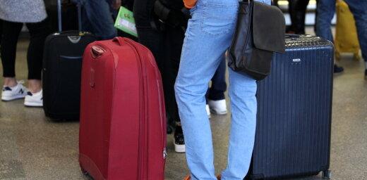 Случай в аэропорту: уборщица выбросила детскую шапку в мусорник