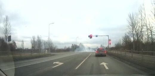 Video: BMW vadītājs Daugavgrīvas šosejas krustojumā naski 'svilina' riepas