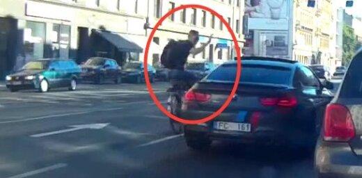 Video: Brīvības ielā hipsters neveiksmīgi mēģina nolauzt BMW spoguli