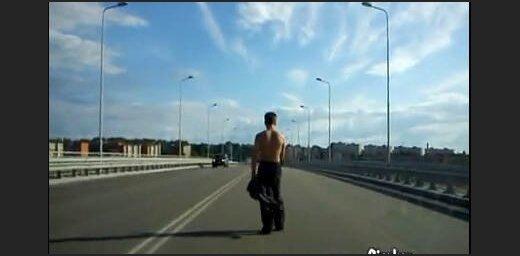 Pašnāvnieks uz tilta (video)