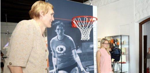 Foto: 'Es mīlu šo spēli!' - Rīgā atklāj leģendārai basketbolistei Semjonovai veltītu izstādi