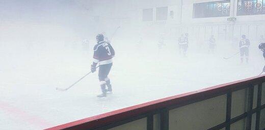 Hlinkas hokeja turnīra spēle notiek spēcīgi aizmiglotā laukumā
