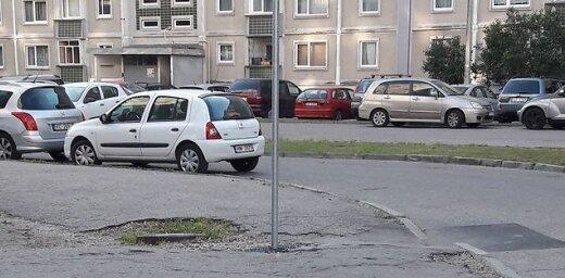 Lasītāju Ziepniekkalnā mulsina ceļazīme pa vidu gājēju ietvei