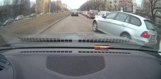 Video: Bezkaunīgs 'BMW' vadītājs gandrīz izraisa avāriju