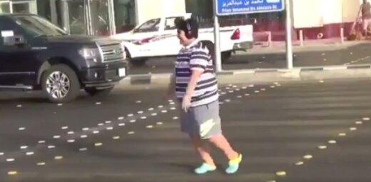 Saūda Arābijas policija atbrīvojusi 'Makarenu' dejojušo zēnu
