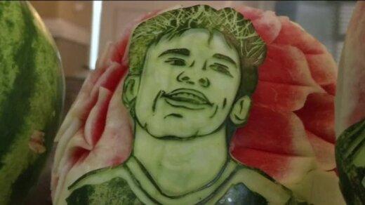 Bez komentāriem: Brazīlijā pavārs uz arbūziem izgrebj futbolistu sejas