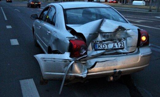 Foto: Viļņā motocikls ietriecies automašīnā