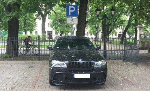 Foto: Rīgā šoferis savu 'BMW X6' novieto invalīdu stāvvietā