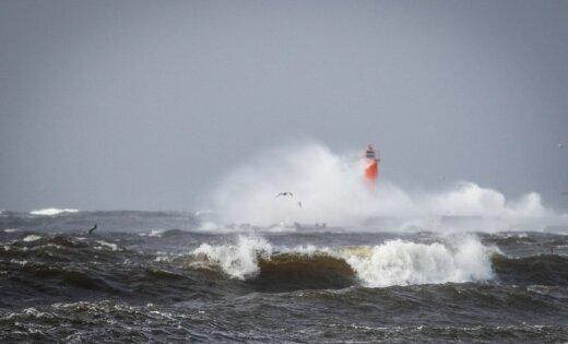 Ziņo 'Delfi Aculieciniekam' par vēja radītajiem postījumiem Latvijā!