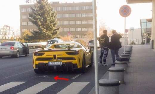 Foto: Dzeltenais 'Ferrari' tagad ar Igaunijas numuriem, saskrāpētiem diskiem un invalīdu stāvvietā