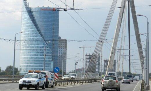 Lasītājs aicina riteņbraucējus braukt pa Vanšu tiltu pareizā virzienā