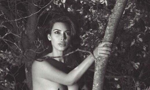 ФОТО: Ким Кардашьян разделась догола и залезла на дерево