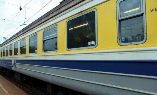 Uz sliedēm nokrituši koki aptur vilcienu satiksmi uz Saulkrastiem (satiksme atjaunota)