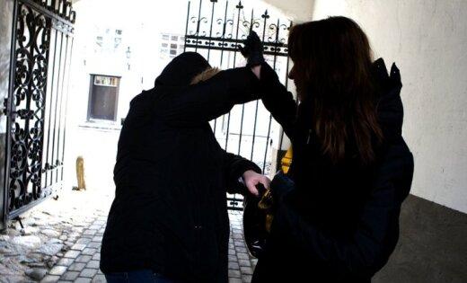 Нападение в Олайне: во время борьбы с грабителем женщина получила травмы