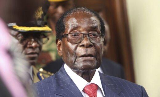 Avoti: Mugabe nevēlas atkāpties no amata