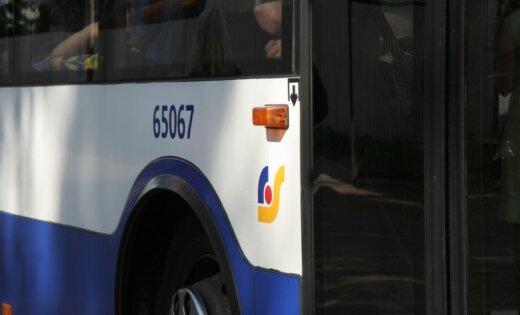 Пьяного подростка стошнило на пассажира автобуса. Rīgas satiksme отказалось помогать пострадавшему