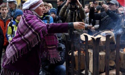 Foto: Rīgā iededz piemiņas ugunskuru Latvijas brīvības cīnītājiem