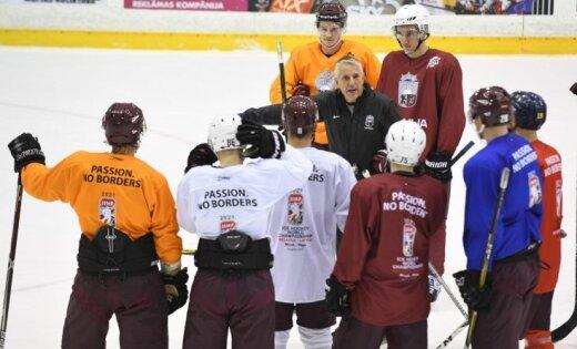 Latvijas hokeja izlases jaunie spēlētāji slavē galveno treneri Hārtliju