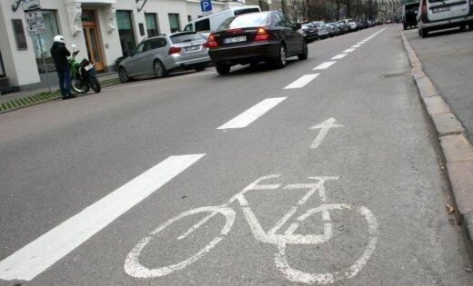 ВИДЕО: Ночью на улице Бривибас незаконно нанесли разметку для велополосы
