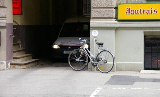 Viltīgs veids kā novietot velosipēdu - arī automobili neaizdzīs