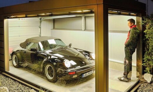 Foto: Vācietis savam 'Porsche' uzbūvējis atsevišķu namiņu