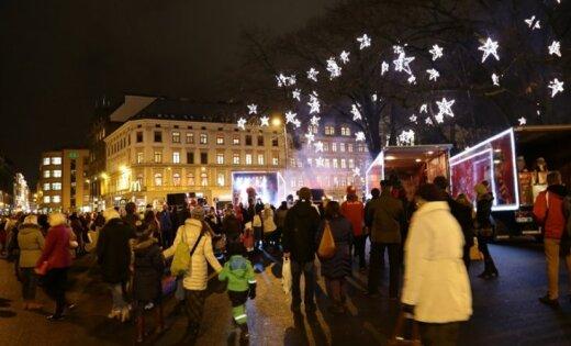 'Ziemassvētku karavāna' un Latvijas olimpieši apceļo Latviju, gādājot sporta inventāru skolām