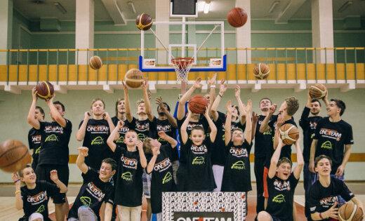 'VEF Rīga' spēlētāji Timma un Robinsons vada nodarbības Rīgas 1.speciālās internātpamatskolas audzēkņiem