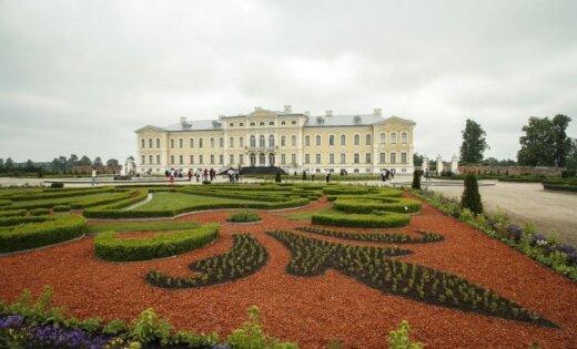 ФОТО: Дорога в Рундальский дворец обновлена