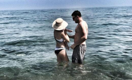Foto: Ksenija Sobčaka bikini beidzot atrāda pēcdzemdību figūru