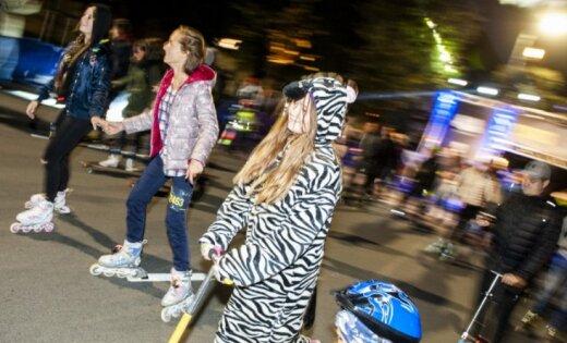 """ФОТО: """"Ночной заезд"""" по улице Бривибас в Риге собрал 5000 участников"""