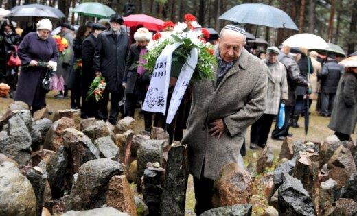 Rumbulā aptuveni 200 cilvēki piemin ebreju iznīcināšanu pirms 70 gadiem