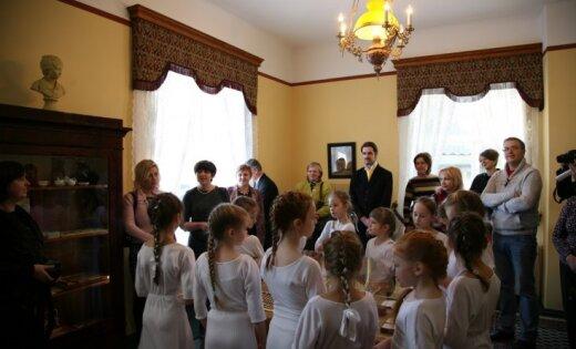 Durbes pilī atklāta Latvijā pirmā restaurētā muižnieku bērnistaba