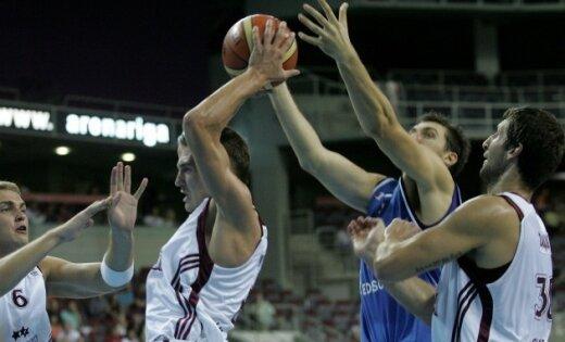 Latvijas basketbolisti pārsteidz un pieveic Itāliju
