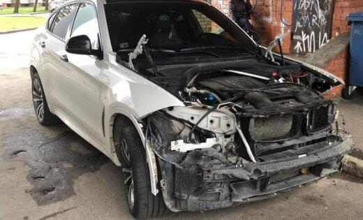 """ФОТО: В Плявниеках жестоко """"разделались"""" с внедорожником BMW X6"""