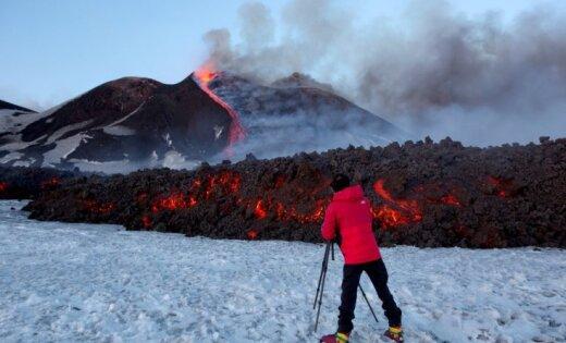 При извержении изнового кратера Этны пострадали 10 человек