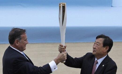 Foto: Olimpiskā uguns nonāk nākamo ziemas olimpisko spēļu saimnieku rokās