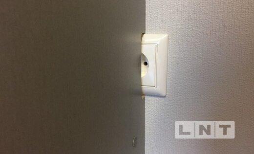 Pēc valdības mediju telpas remonta piekļuvi elektrības kontaktligzdai bloķē skapis