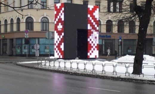 """ФОТО: В Риге сломались """"Врата почета"""" за 250 тысяч евро; техническая неисправность устранена"""